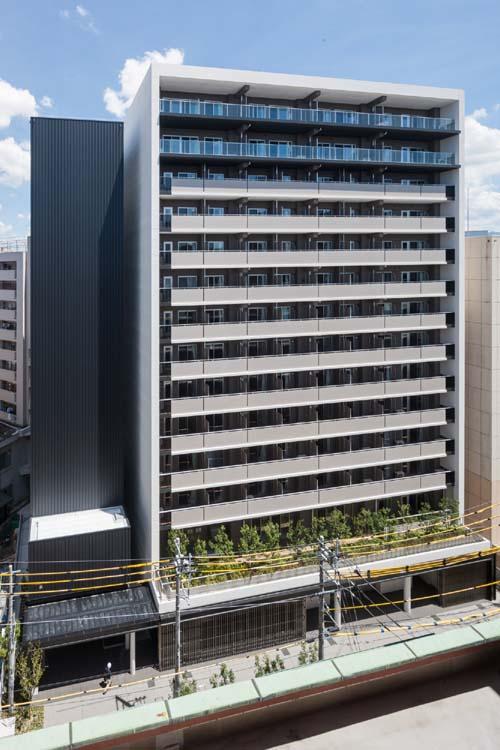 住宅棟と立体駐車場の写真